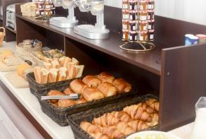 hotel-cerise-le-grand-hotel-de-la-plage-royan-buffet-petit-dejeuner (4).jpg
