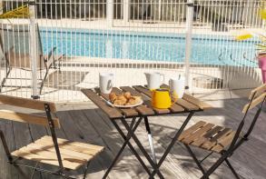 residence-cerise-les-jardins-du-lac-piscine-terrasse1.jpg